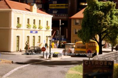 En ville devant la gare